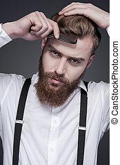 perfeitos, ficar, barbudo, seu, combing, cinzento, contra, jovem, cabelo, confiante, enquanto, câmera, fundo, olhar, style., homem