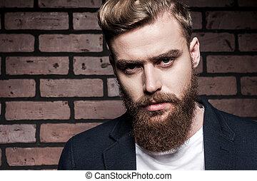 perfeitos, ficar, barbudo, seu, parede, jovem, contra, olhar, confiante, enquanto, câmera, tijolo, bonito, style., homem