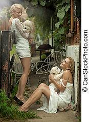 perfeitos, loiro, belezas, segurando, jovem, cachorros