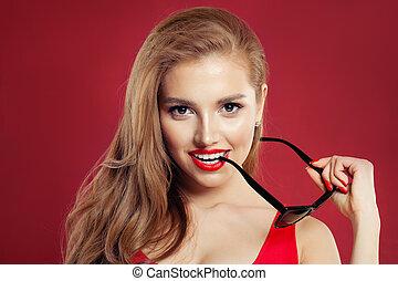 perfeitos, mulher, óculos de sol, coloridos, maquilagem, lábios, fundo, excitado, retrato, vermelho