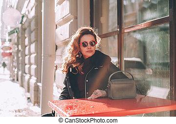 perfeitos, mulher, ao ar livre, óculos de sol, vermelho