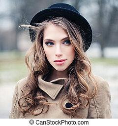 perfeitos, mulher, jovem, rosto, park., fêmea preta, ao ar livre, closeup, chapéu