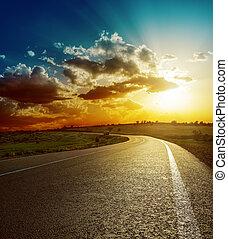 perfeitos, sobre, pôr do sol, estrada asfalto