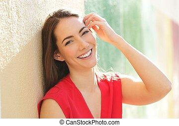 perfekt, offen, woman, aussieht, fotoapperat, lächeln, rotes