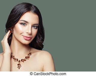 perfetto, affascinante, brunetta, gioielleria, donna, trucco, labbra, diamante, model., orecchini, collana, ritratto, rosso