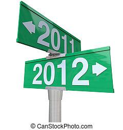 perfetto, mutevole, indicare, condurre, simbolo, bidirezionale, frecce, verde, volte, segno, passato, strada, futuro, anno, anni nuovi, 2011, o, 2012