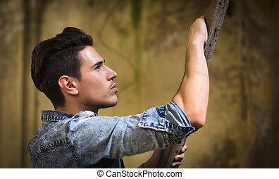 perfil, de, bonito, homem jovem, em, edifício abandonado