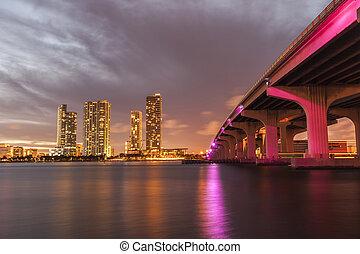 perfil de ciudad de miami, panorama, anochecer