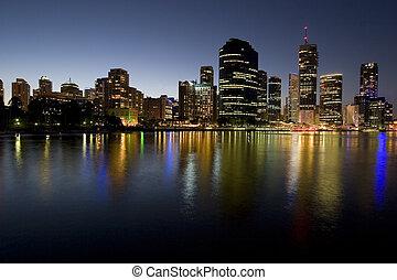 perfil de ciudad, río, anochecer