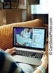 perfil, mulher, mídia, tela, olhando jovem, social, laptop