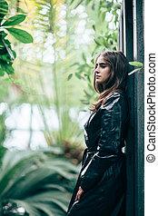 perfil, retrato, de, joven, moda, mujer, en, chaqueta negra,...