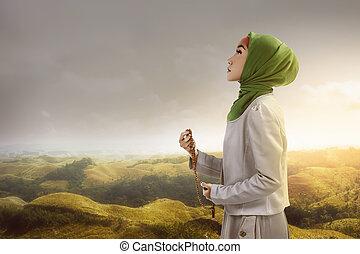 perles, femme, musulman, jeune, tenue, prière