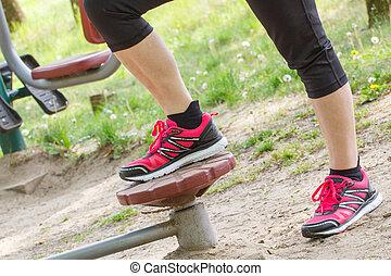 pernas, de, idoso, mulher sênior, ligado, ao ar livre, ginásio, estilo vida saudável