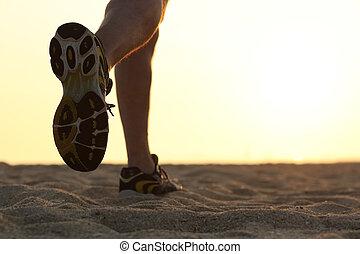 pernas, e, sapatos, de, um, corrida homem, em, pôr do sol