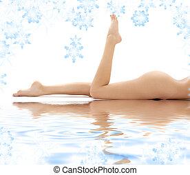 pernas longas, de, relaxado, senhora, em, água