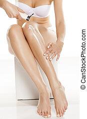 pernas, mulher, aplicando, dela, loção