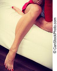 pernas, mulher, closeup, sofá, sentando