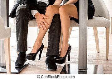 pernas, sentando, par, restaurante