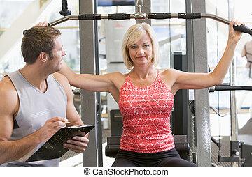 persönlicher trainer, aufpassen, frau, gewicht, zug
