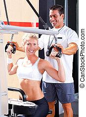 persönlicher trainer, portion, klient, in, turnhalle