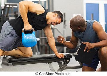 persönlicher trainer, training, mann, mit, kessel, glocke