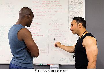 persönlicher trainer, unterricht, mann, in, fitness, klassenzimmer