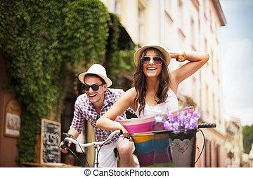 perseguir, pareja, bicicleta, uno al otro, feliz
