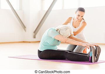 persistente, envelhecido, mulher, fazendo, esticar, exercícios