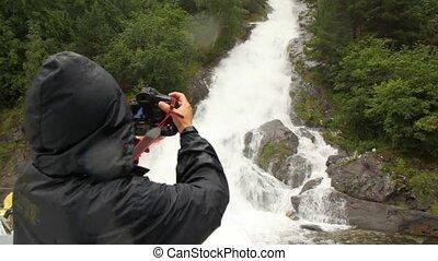 person, in, regenmantel, photographien, fällt, auf, holz,...
