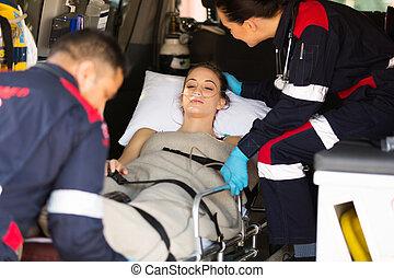 person med paramedicinsk utbildning, tålmodig, tröstande