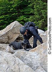 Person mit Rettungshund im Sucheinsatz - Person with a...