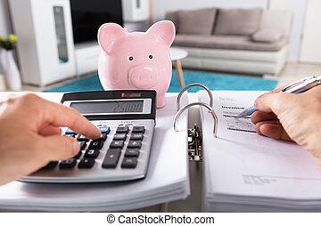 persona, calculador, factura, con, calculadora