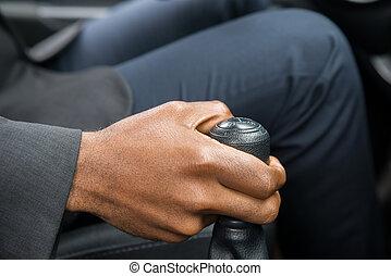 persona, mano, cambiar, engranaje, mientras, conducir un coche