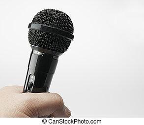persona, microfono, presa a terra