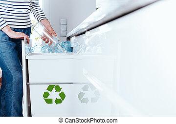 persona, smistamento, bottiglie vetro
