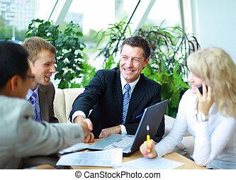 personas empresa, manos, arriba, acabado, reunión, sacudida
