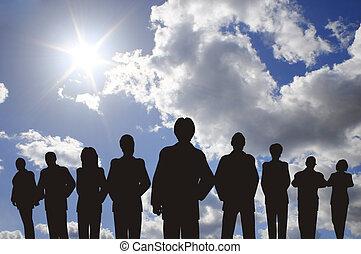 persone affari, con, condottiero, silhouette, su, cielo