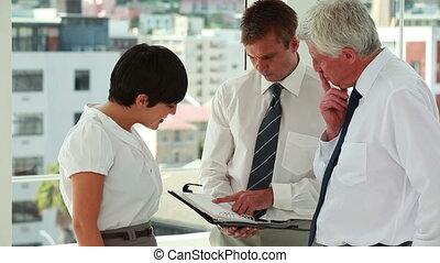 persone affari, dall'aspetto, un, organizzatore, e, parlare