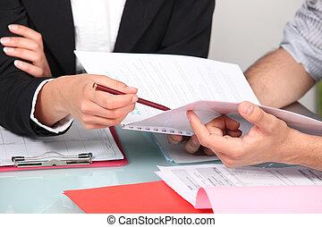 persone affari, discutere, uno, documento