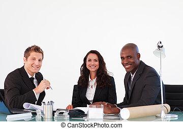 persone affari, sorridente, macchina fotografica, in, uno, riunione