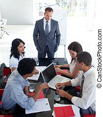 persone affari, studiare, uno, nuovo, progetto, in, uno, riunione