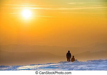 persone, guardando, tramonto, in, inverno, montagne