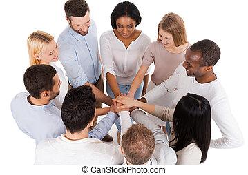 persone, orgogliosamente, diverso, chiudere, sorridente, casuale, standing, gruppo, positivo, cima, loro, team., altro, far male, riuscito, indossare, mani, custodia, mentre, ciascuno, vista, afferrato