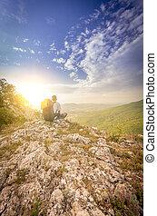 persone, stanco, secondo, rampicante, il, montagna, ammirare, il, tramonto