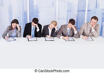 personel, zbiorowy, stół, oficerowie, zmęczony