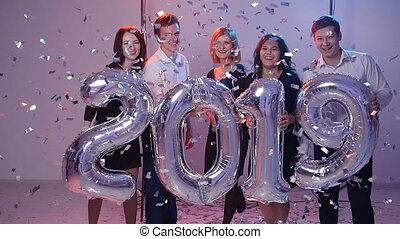 personengruppe, concept., jahr, zahl, neu , junger, heiter, 2019, besitz, luftballone, konfetti, geduscht