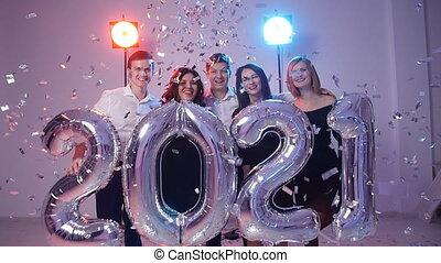 personengruppe, concept., jahr, zahl, neu , junger, heiter, 2021, besitz, luftballone, konfetti, geduscht