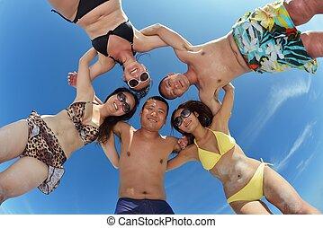 personengruppe, junger, haben spaß, sandstrand, glücklich