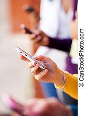 personengruppe, junger, telefon, closeup, gebrauchend, klug