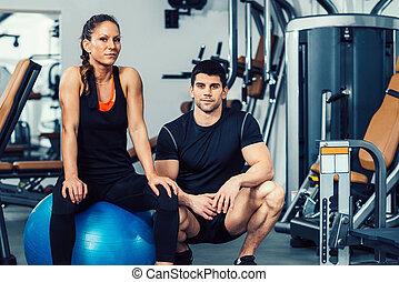 personlig tränare, med, kvinnlig, i idrottshallen